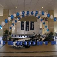 Арко т бели и сини балони със хелий над болид од формула 1. Фиемено парти Алианз България 159
