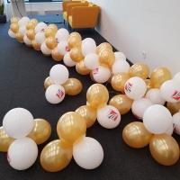 Украса от балони бели и златни балони 222