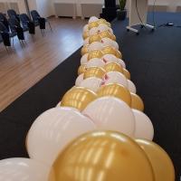Гирлянд от златни и бели балони за украса на сцената 215